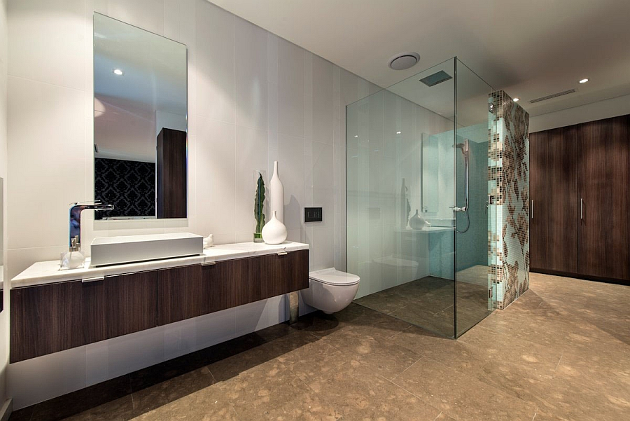 Glass Shower Area Emphasizing the Bathroom with Transparency and Lightness