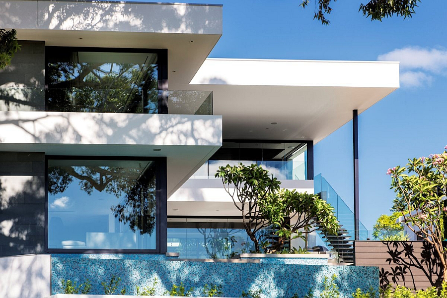 Large Glazed Walls Offering Sweeping Views of the Surroundings