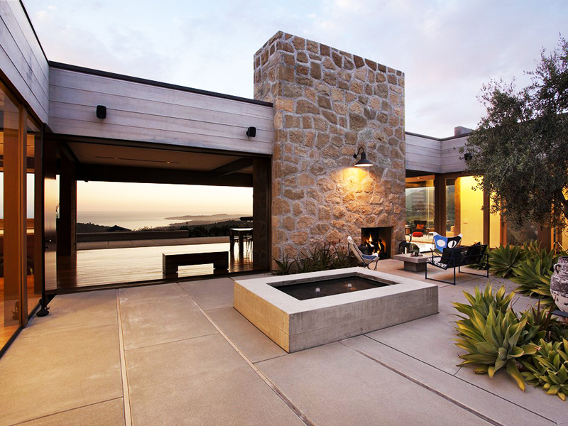 Modern-Mansion-Enjoying-Views-of-Unharmed-Wilderness central courtyard