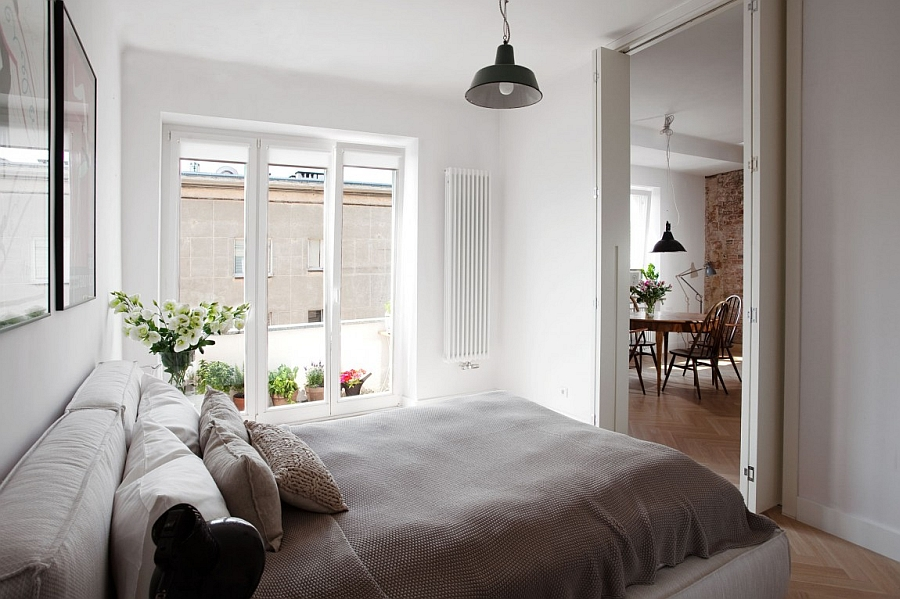 Small Bedroom With Airy Atmosphere Thanks to Glass Doors and Folding Doors