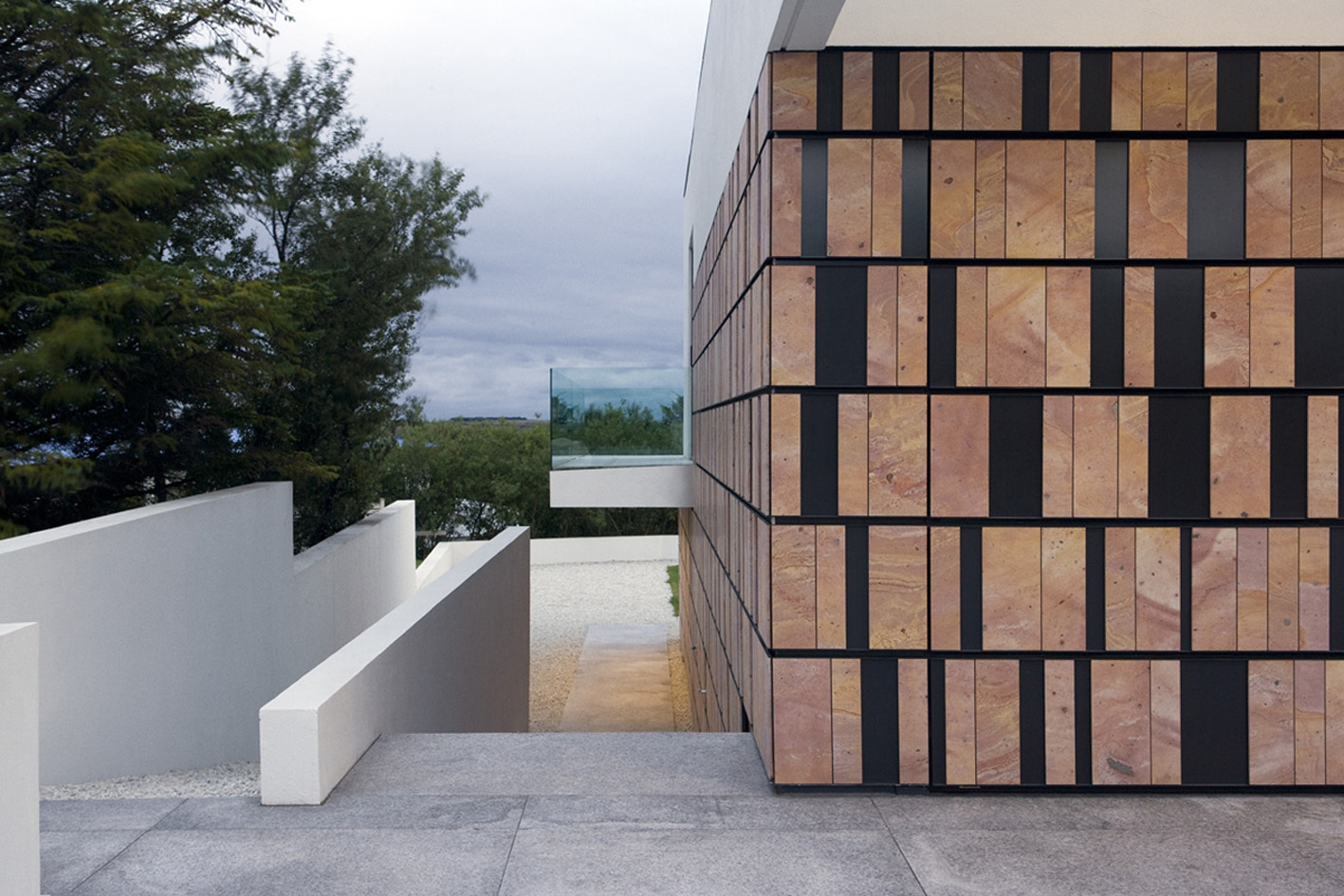access in the backyard of the Monolithic Mass Empowered by Simplicity - B25 House by PK Arkitektar homesthetics 1 (0)