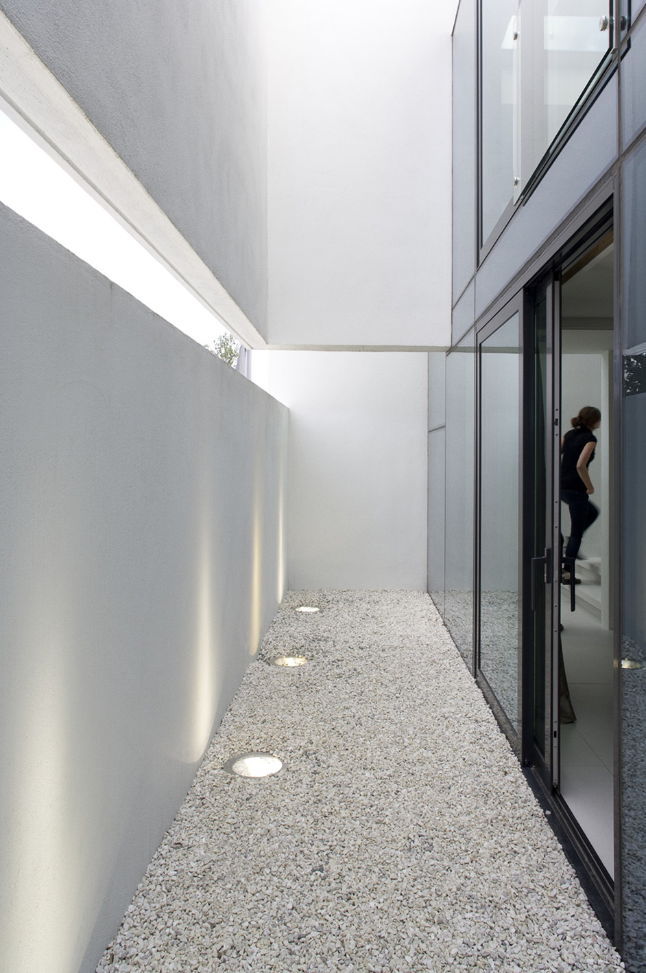 small courtyard Monolithic Mass Empowered by Simplicity - B25 House by PK Arkitektar homesthetics 1 (0)