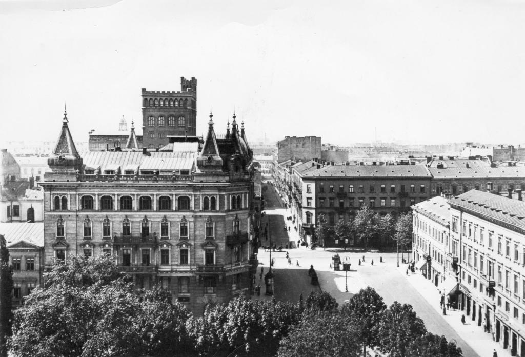 Another picture of the avenues of Warsaw dominated by eclectic building blocks, the view is from the Napoleon Square.