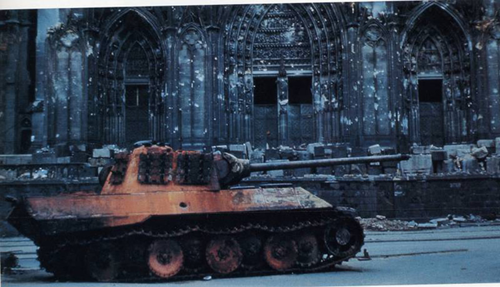 Panther-shot-down-in-front-of-Cologne-Cathedral