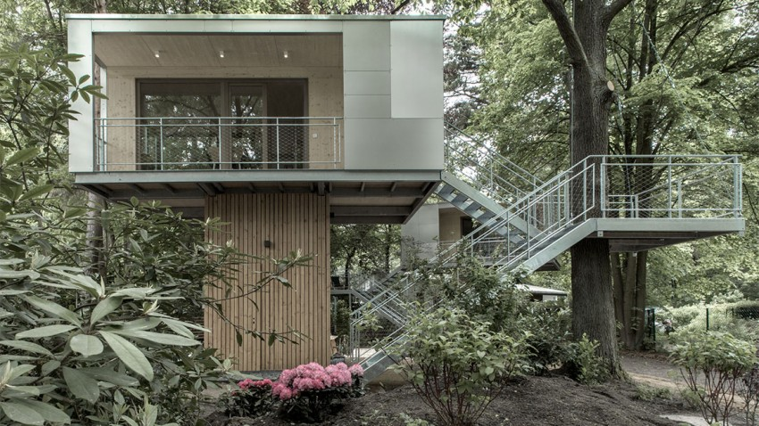 superb urban treehouse surrounded by forest in berlin germany. Black Bedroom Furniture Sets. Home Design Ideas