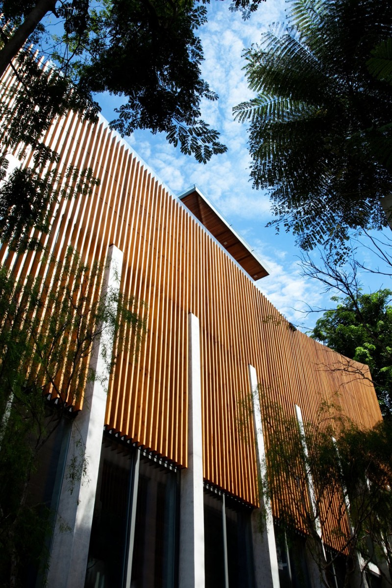 Wood-Greenery-and-Light-Emphasizing-Luxury-in-Sentosa-House-by-Nicholas-Burns