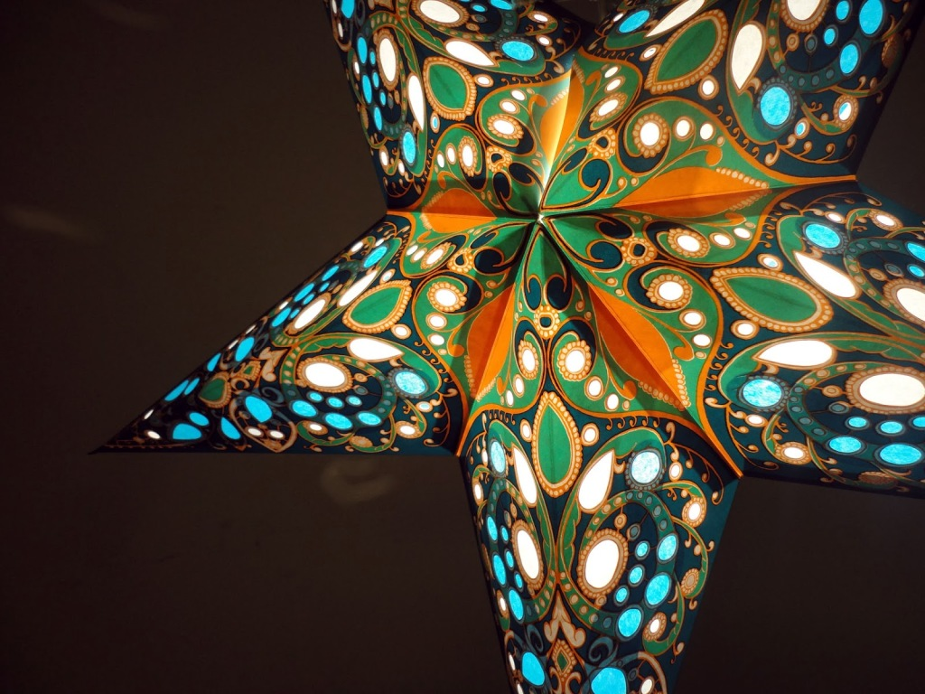 1. GORGEOUS STAR PAPER LAMP WITH INCREDIBLE COLOR SCHEME