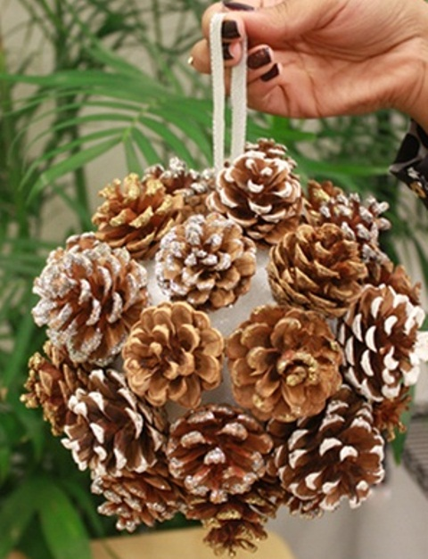 65+ Simply Magical DIY Pinecones Crafts That Will Beautify Your Christmas Decor Homesthetics (18)