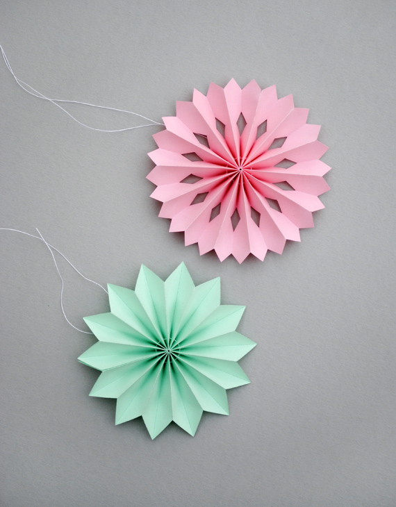 DIY Paper Medallions Miniaturized & DIY Paper Snowflakes Here To Beautify Your Holidays [Detailed Guide] (1)