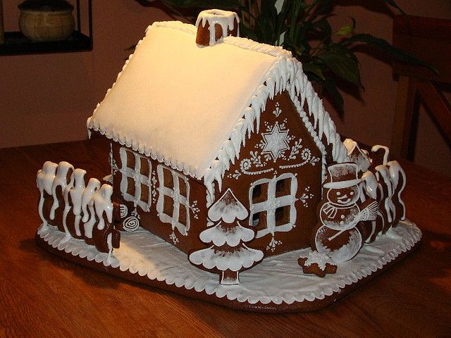 Sweet Christmas Inspiration Served by Jaw Dropping DIY Gingerbread Houses homesthetics (10)