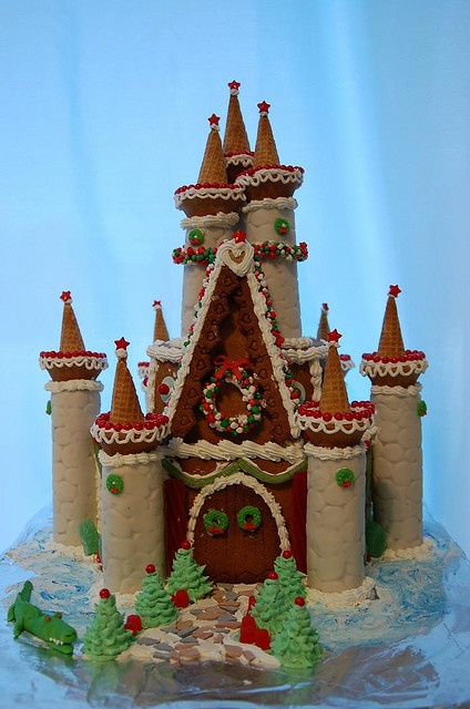 Sweet Christmas Inspiration Served by Jaw Dropping DIY Gingerbread Houses homesthetics (12)