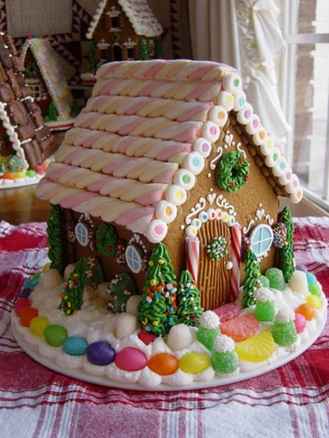 Sweet Christmas Inspiration Served by Jaw Dropping DIY Gingerbread Houses homesthetics (6)