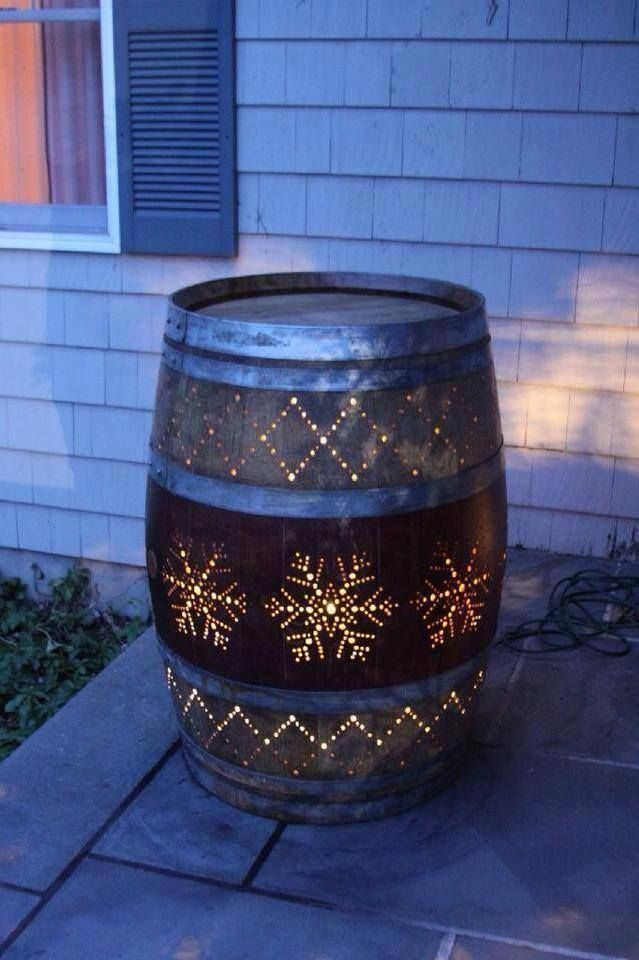 27 incredible diy christmas lights decorating projects for Decoration jardin tonneau