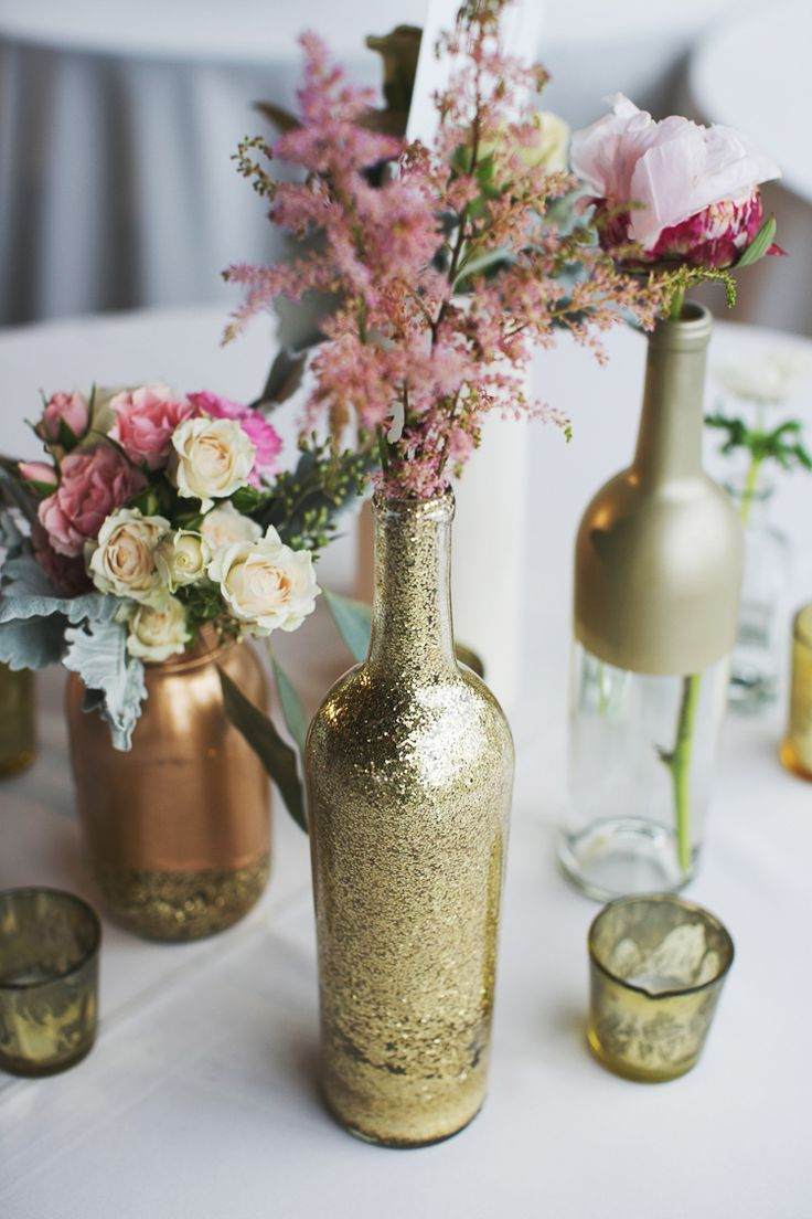 31 beautiful wine bottles centerpieces perfect for any table for Vase weihnachtlich dekorieren