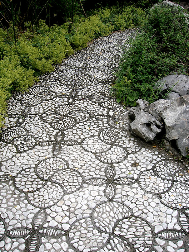 Backyard Landscaping Ideas-15 Magical DIY Pebble Paths That Seem Shaped by The Wind homesthetics (5)