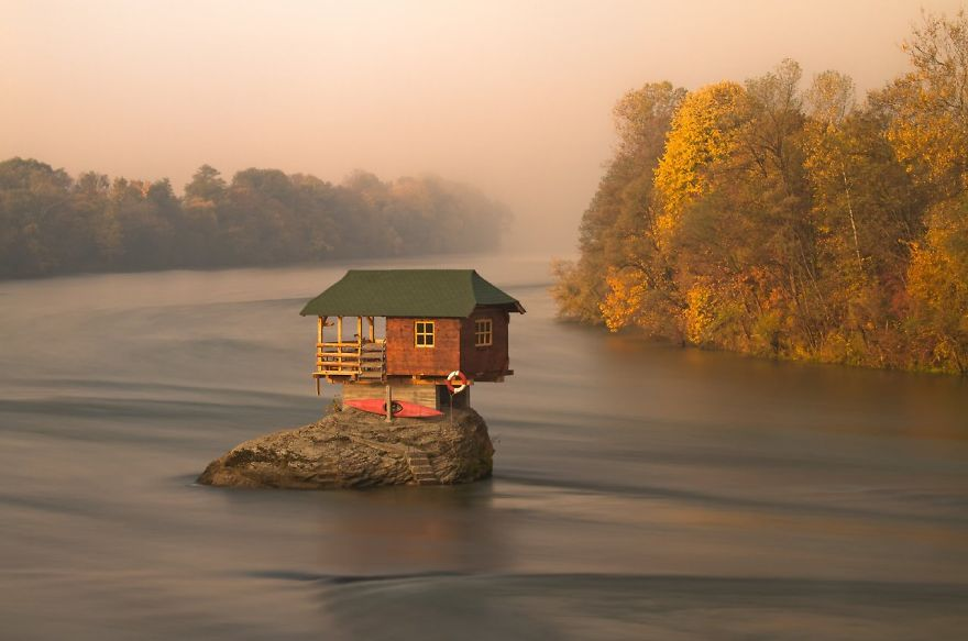 20 Perfect Lonely Little Houses Blending in Nature For The Quiet Calm Solitary Souls  homesthetics (10)