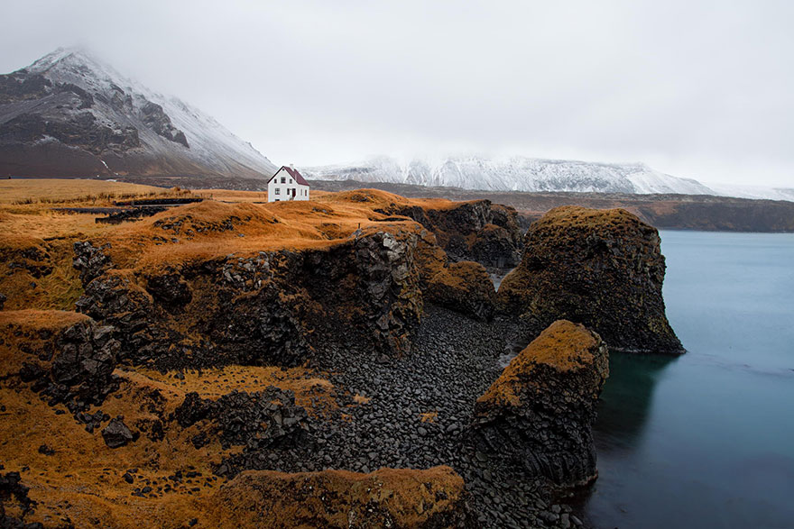 20 Perfect Lonely Little Houses Blending in Nature For The Quiet Calm Solitary Souls  homesthetics (6)