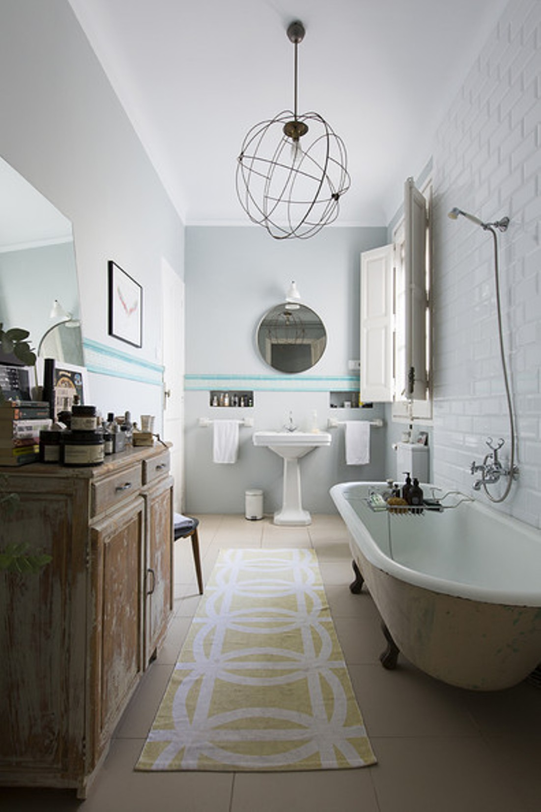 vintage-bathroom-theme-with-clawfoot-tub-and-pedestal-sink
