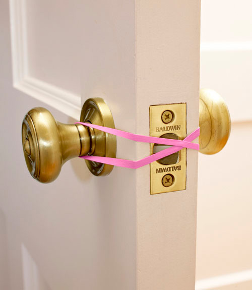 4. RUBBER BAND TO SMOOTH YOUR WAY THROUGH THE DOOR