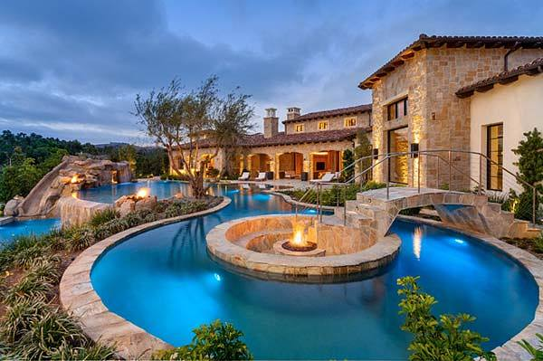 21 Glamorous and Spectacular Lounge Areas and Bedrooms Nestled Between Pools homesthetics decor surrounded by a pool (13)