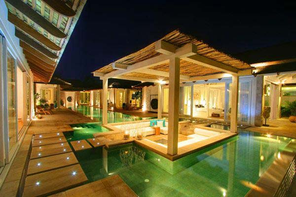 21 Glamorous and Spectacular Lounge Areas and Bedrooms Nestled Between Pools homesthetics decor surrounded by a pool (14)