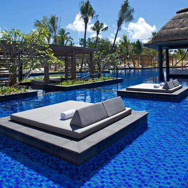 21 Glamorous and Spectacular Lounge Areas and Bedrooms Nestled Between Pools homesthetics decor surrounded by a pool (15)