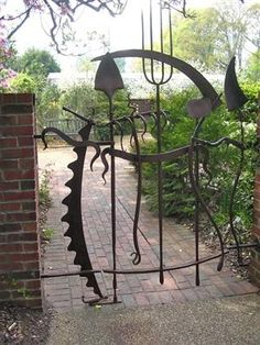 Insanely Beautiful DIY Upcycled Garden Gates That You Will Simply Adore homesthetics recycling windows and doors (10)