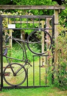 Insanely Beautiful DIY Upcycled Garden Gates That You Will Simply Adore homesthetics recycling windows and doors (3)