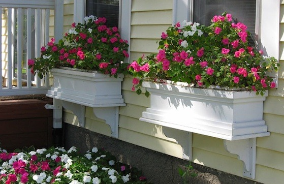 19 Simply Breathtaking Flower Box Ideas to Accessorize Windows With Greenery homesthetics flower decor (1)