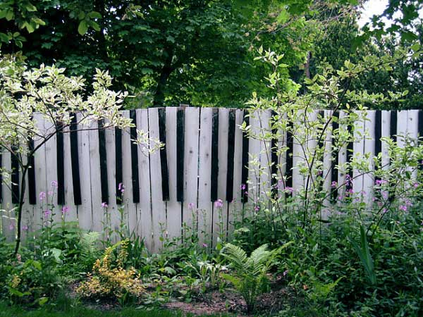 22.HIGHLY CREATIVE PIANO INSPIRED FENCE