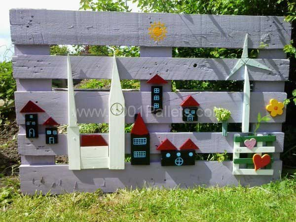 25.WOODEN PALLET BEAUTIFULLY DECORATED INTO A SENSIBLE PLAYFUL FENCE