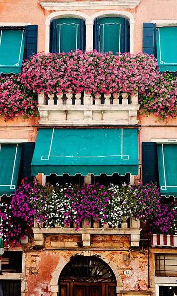 Inspiration Pack Containing 23 of the World`s Most Beautifully Flowered Balcony Gardens homesthetics decor ideas (7)