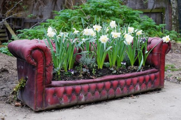 19 of The Worlds Best Ways to Repurpose Old Furniture in Your Garden homesthetics backyard landscaping (14)