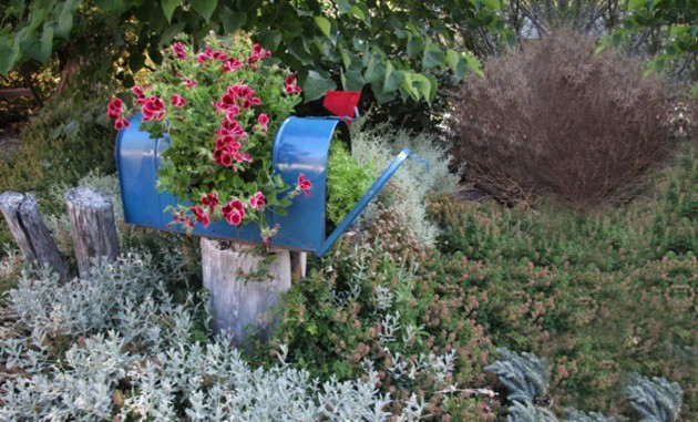 19 of The Worlds Best Ways to Repurpose Old Furniture in Your Garden homesthetics backyard landscaping (18)