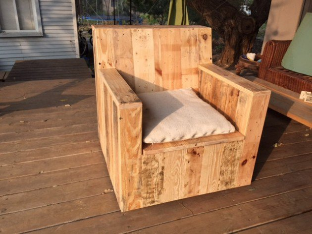 22 simply clever homemade pallet furniture designs to for Chaise en palette
