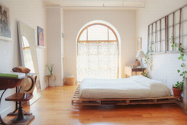 27 ingeniously beautiful diy pallet bed designs to for Luminous bedroom