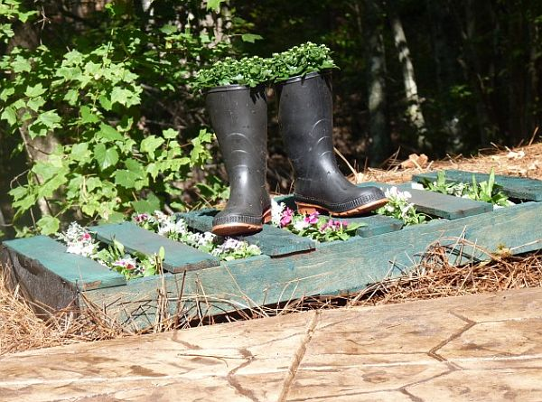 #4 WOODEN PALLET AND OLD BOOTS USED AS RUSTIC PLANTERS