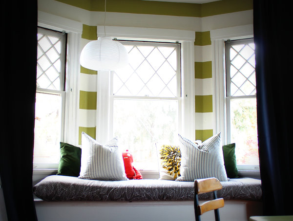 30 Stunning and Mesmerizing Window Seats That Will Beautify Your Home homesthetics window reading nooks (18)