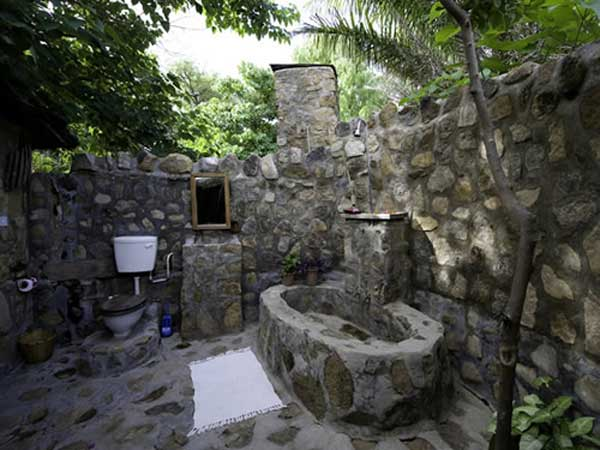 22 Natural Rock Bathtubs Emphasizing Their Spatialities homesthetics cool bathrooms (21)