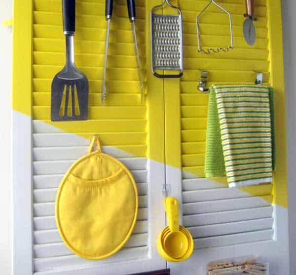 #27 USE OLD SHUTTERS TO ARRANGE UTENSILS AND CLOTHS IN YOUR DECOR