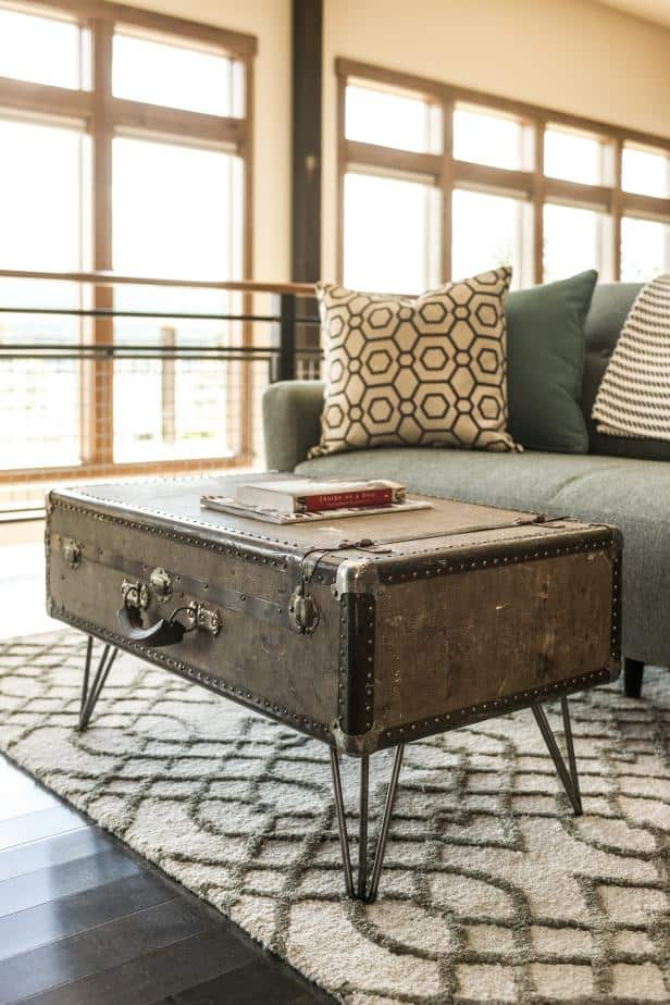 Beau A VINTAGE SUITCASE CAN SERVE AS A CHIC COFFEE TABLE