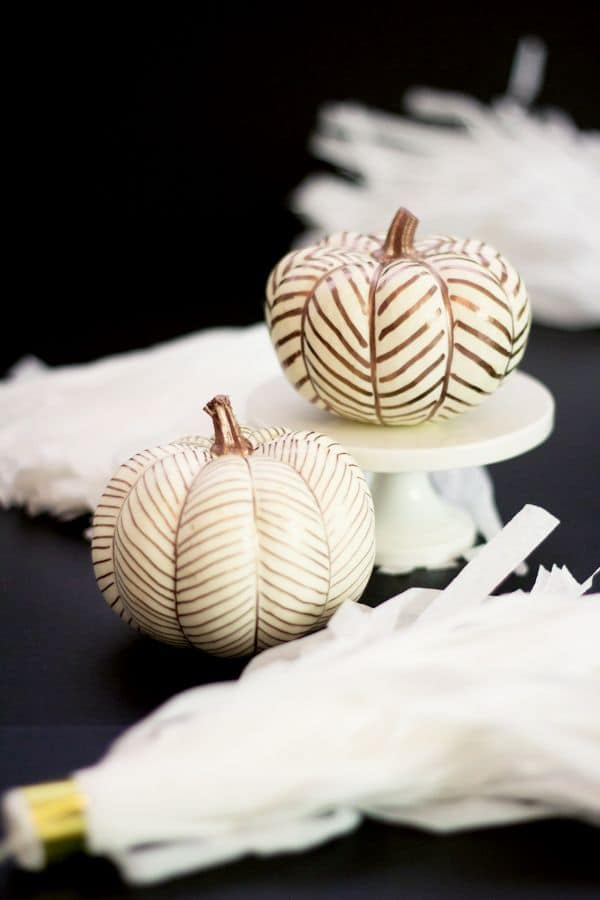 21 Charming White Pumpkin Fall Decorations For Your Household homesthetics decor (16)