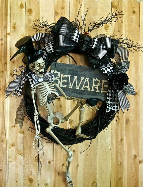 15 Mysterious and Chilling Halloween Wreath Designs To Realize homesthetics halloween decor (10)