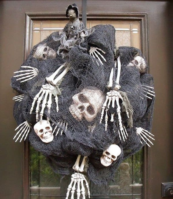 15 Mysterious and Chilling Halloween Wreath Designs To Realize homesthetics halloween decor (11)