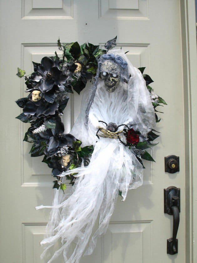 15 Mysterious and Chilling Halloween Wreath Designs To Realize homesthetics halloween decor (12)