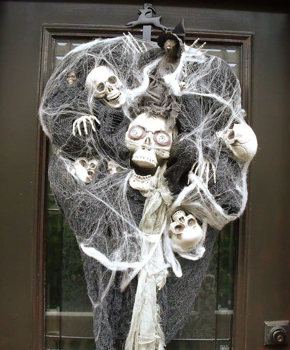 15 Mysterious and Chilling Halloween Wreath Designs To Realize homesthetics halloween decor (2)