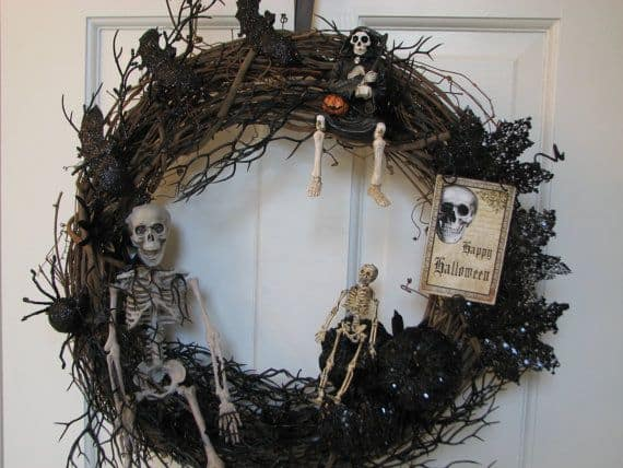 15 Mysterious and Chilling Halloween Wreath Designs To Realize homesthetics halloween decor (4)