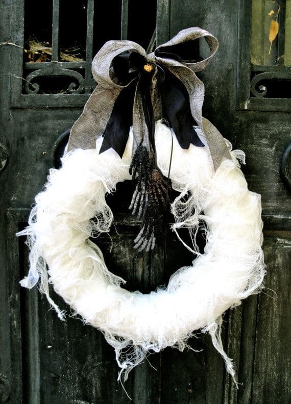 15 Mysterious and Chilling Halloween Wreath Designs To Realize homesthetics halloween decor (5)
