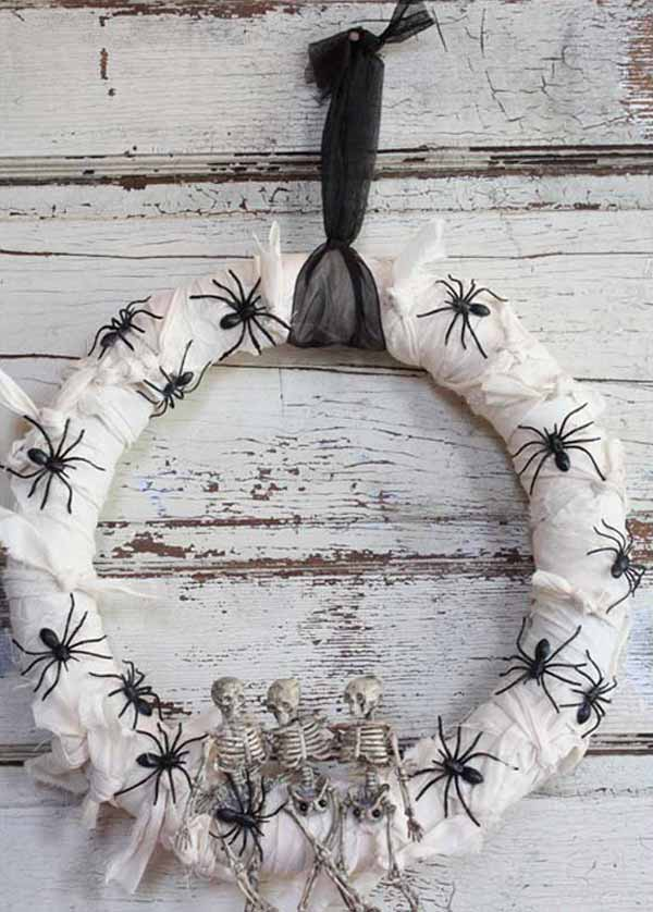 15 Mysterious and Chilling Halloween Wreath Designs To Realize homesthetics halloween decor (9)