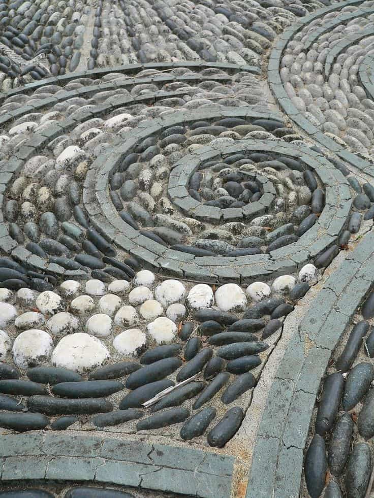 30 Garden Pathway Pebble Mosaic Ideas For Your Home Surroundings (1)
